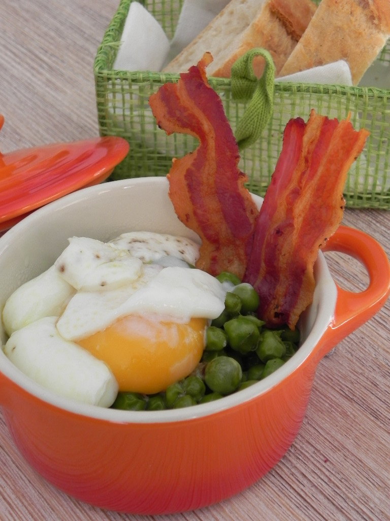 Guisantes frescos con crujiente de panceta y huevo escalfado