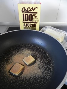 Ponemos a calentar la mantequilla con el azúcar moreno