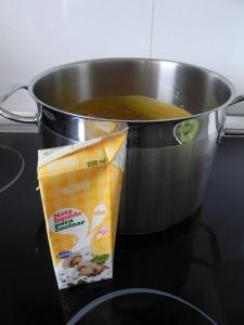 Enriquecemos la crema con un chorrito de nata y miel si no estuviera muy dulce ya por la cebolla