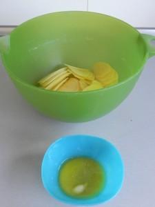 Añadimos la mantequilla a las patatas ya cortadas