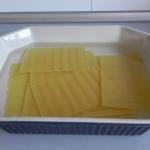 Ponemos las placas de lasaña en agua calienta durante 10 minutos (o lo que indique el paquete)