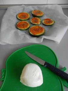 Cortamos la mozzarella en rodajitas y ponemos una sobre cada rodaja de calabacín