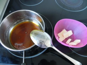 Añadimos la mantequilla salada en dados al caramelo fuera del fuego