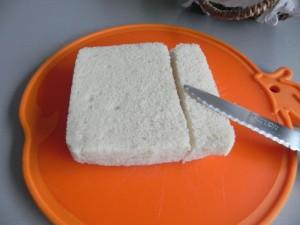 Cortamos el pan en cuadritos para hacer los picatostes