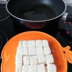 Ponemos aceite en una sartén y freímos el pan hasta que esté dorado
