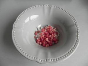 Ponemos el jamón y la cebolleta en el plato