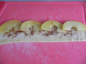 Colocamos las manzanas en el borde de la tira