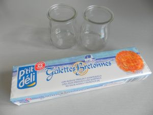 Troceamos las galletas y las ponemos en el fondo de cada vasito