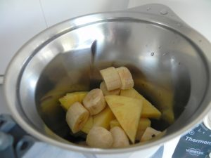 Añadimos las rodajas de plátano al vaso de la batidora
