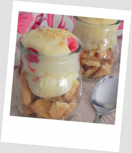 Vasitos de fruta con mascarpone y galleta
