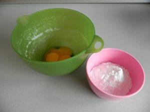 Añadimos el azúcar a las yemas