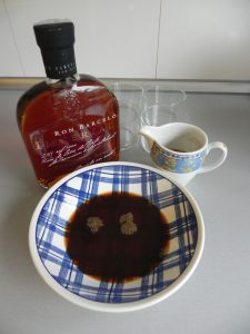 Ponemos el café en un plato con un chorrito de licor