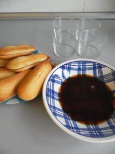 Mojamos los bizcochos en el café con licor y los ponemos en el fondo de cada vasito