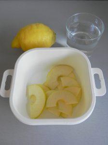 Ponemos las manzanas en un recipiente con agua y zumo de limón