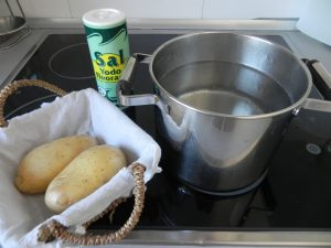 Cuando hierva, añadimos las patatas y la sal
