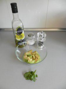 Añadimos el aceite, la sal, la pimienta y el cilantro