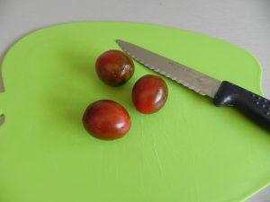 Cortamos los tomates cherry en rodajitas