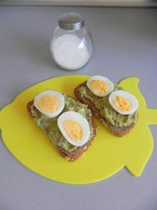 Añadimos las rodajitas de huevo duro