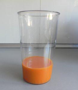 Ponemos el gazpacho en un vaso de batidora