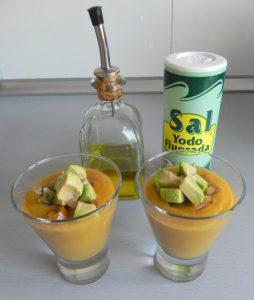 Decoramos los chupitos con el aguacate y los tomatitos cherry, salamos y echamos un chorrito de aceite de oliva