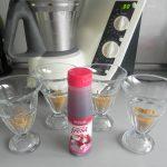 Decoramos las apredes de los vasos con un poco de sirope de fresa