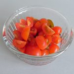 Cortamos los tomates cherries en cuartos
