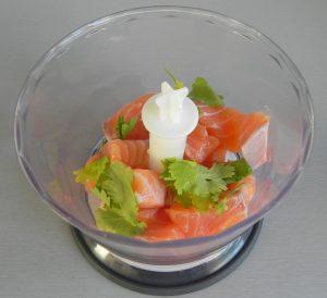 Trituramos el salmón en la picadora con el cilantro
