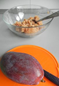 Pelamos y cortamos el mango en trocitos pequeños
