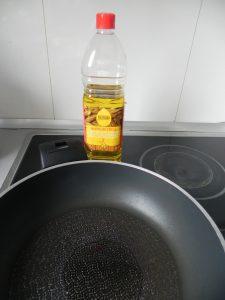 Ponemos aceite a calentar en una sartén