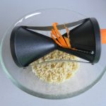 Rallamos la zanahoria o hacemos espirales con ella (si tenéis un aparatito como éste)