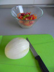Cortáis la cebolleta en rodajitas muy finas y la añadís al bol