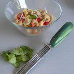 Cortáis fino el cilantro y lo añadís a la ensalada