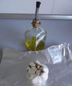 Rociamos el interior de la cabeza de ajos con aceite de oliva