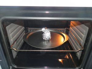 Metemos la cabeza de ajos en el horno a 200º durante 45 min aprox o hasta que los dientes estén asados y blandos