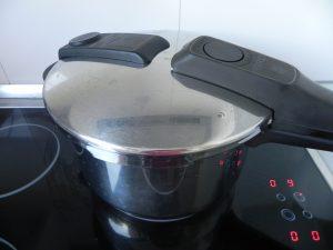 Cerramos la olla a presión y cocemos la coliflor 8/10 minutos a potencia máxima