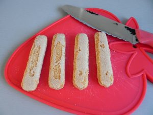 Cortamos los bizcochos con un cuchillo de sierra