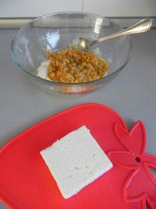 Partimos el queso feta en miguitas