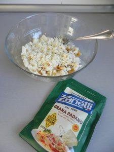 Añadimos al bol el queso parmesano rallado