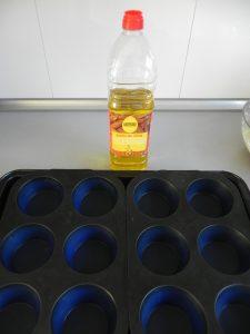 Untamos con aceite un molde de muffins