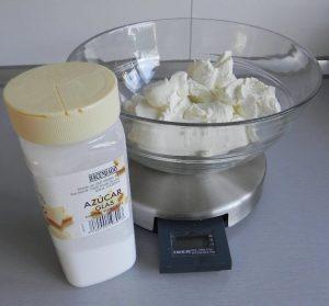 Añadimos el azúcar glass y batimos bien con las varillas