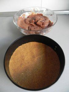 Ponemos la mezcla sobre la base de galletas que teníamos en la nevera