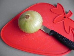 Pelamos y partimos la cebolla en trocitos pequeños