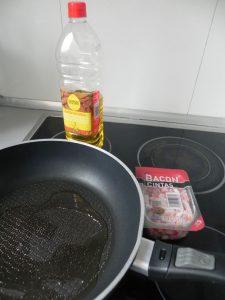 Ponemos un poco de aceite en una sartén y freímos el bacon