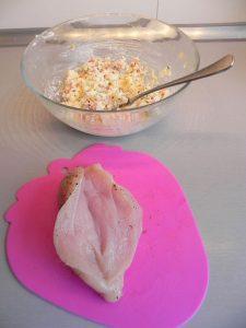 Las abrimos y rellenamos con la mezcla de los quesos, el bacon y la cebolla