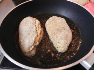 Las freímos en aceite bien caliente hasta que se doren. Ojo, luego van al horno, solo hace falta que se doren.