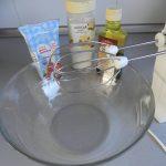 Montamos la nata con el azúcar y la vainilla