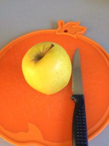 Pelamos y partimos en trocitos la manzana