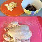 Rellenamos el picantón con las ciruelas, las castañas y la manzana