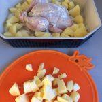 Lo metemos en una fuente de horno con las patatas cortadas en trocitos
