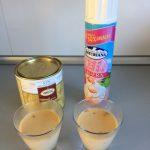 Una vez firma la panna cotta, y justo antes de servir, añadimos un poco de nata y cacao en polvo por encima